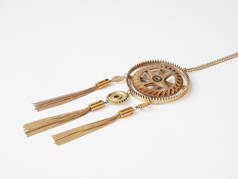 collier chamane par la créatrice bordelaise Mka Bricks conçu à partir de pièces d'horlogerie
