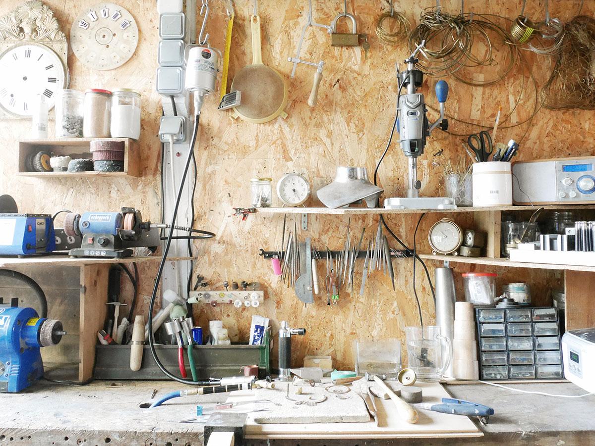 Atelier de Muriel Plaud, créatrice des bijoux Mkabricks : l'art de remonter le temps