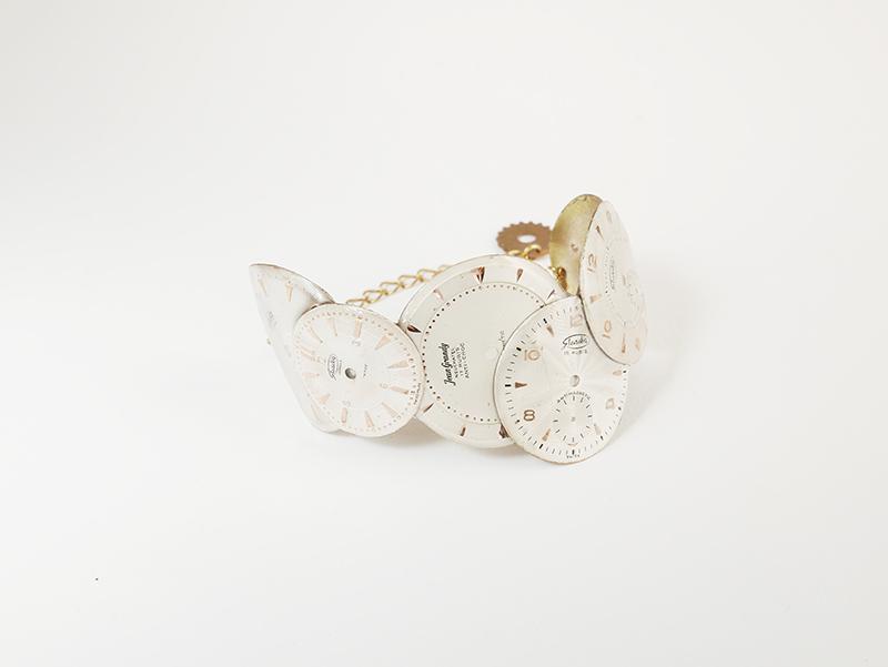 bracelet façonné à partir de cadrans de montres anciennes créé par la créatrice bordelaise Muriel Plaud pour sa marque de bijoux Mka Bricks